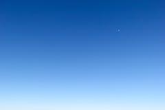 Blauwe hemelachtergrond in de ochtend Stock Afbeeldingen
