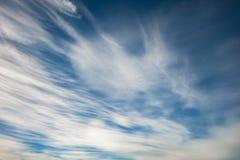 Blauwe hemelachtergrond met uiterst kleine stratus cirrus gestreepte wolken Ophelderingsdag en Goed winderig weer royalty-vrije stock afbeelding