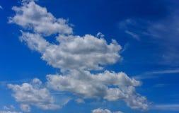 Blauwe hemelachtergrond met uiterst kleine wolken Stock Afbeeldingen