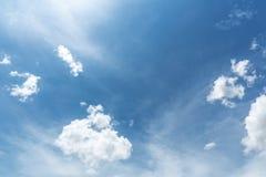 Blauwe hemelachtergrond met uiterst kleine wolken Royalty-vrije Stock Afbeelding