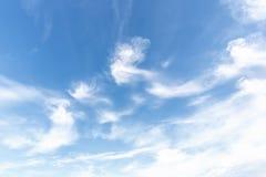Blauwe hemelachtergrond met uiterst kleine wolken Royalty-vrije Stock Fotografie