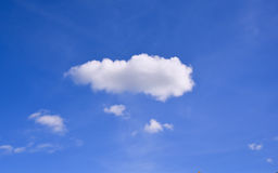 Blauwe hemelachtergrond met uiterst kleine wolken Stock Foto