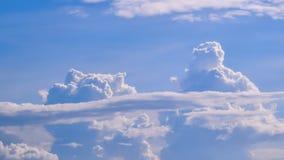 Blauwe hemelachtergrond met uiterst kleine wolken Stock Afbeelding