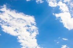 Blauwe hemelachtergrond met uiterst kleine wolken Stock Fotografie
