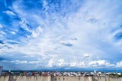 Blauwe hemelachtergrond met uiterst kleine wolken en cityscape Stock Foto's