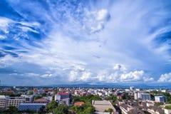 Blauwe hemelachtergrond met uiterst kleine wolken en cityscape Royalty-vrije Stock Foto's