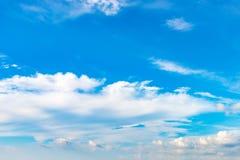 Blauwe hemelachtergrond met uiterst kleine wolken op de seizoenzomer Royalty-vrije Stock Fotografie