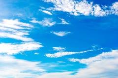 Blauwe hemelachtergrond met uiterst kleine wolken op de seizoenzomer Royalty-vrije Stock Afbeeldingen