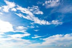 Blauwe hemelachtergrond met uiterst kleine wolken op de seizoenzomer Stock Foto