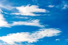 Blauwe hemelachtergrond met uiterst kleine wolken op de seizoenzomer Royalty-vrije Stock Foto
