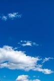 Blauwe hemelachtergrond met wit wolken verticaal beeld Royalty-vrije Stock Afbeeldingen