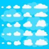 Blauwe hemelachtergrond met witte vlakke wolken Stock Afbeelding