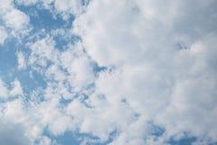 Blauwe hemelachtergrond met witte wolken stock afbeelding