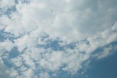 Blauwe hemelachtergrond met witte wolken stock fotografie