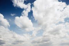 Blauwe hemelachtergrond met witte wolken royalty-vrije stock afbeelding