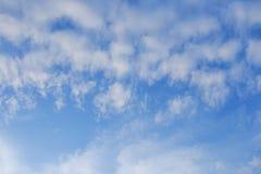 Blauwe hemelachtergrond met witte wolken stock afbeeldingen