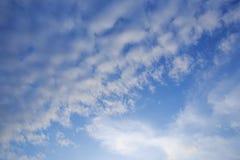 Blauwe hemelachtergrond met witte wolken royalty-vrije stock foto