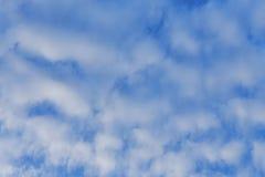 Blauwe hemelachtergrond met witte wolken royalty-vrije stock foto's
