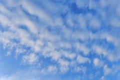 Blauwe hemelachtergrond met witte wolken royalty-vrije stock afbeeldingen