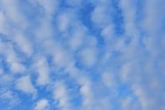 Blauwe hemelachtergrond met witte wolken stock foto's