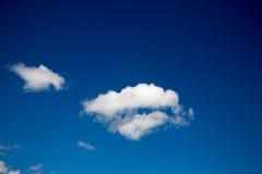 Blauwe hemelachtergrond met witte wolken Stock Foto