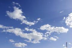 Blauwe hemelachtergrond met witte wolken Royalty-vrije Stock Fotografie