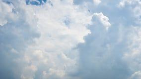 Blauwe hemelachtergrond met wolk stock footage