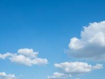 Blauwe hemelachtergrond met wolken Royalty-vrije Stock Fotografie
