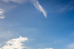 Blauwe hemelachtergrond met wolken Royalty-vrije Stock Afbeelding