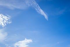 Blauwe hemelachtergrond met wolken Stock Foto's