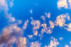 Blauwe hemelachtergrond met wolken Stock Afbeelding