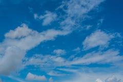 Blauwe hemelachtergrond met wolken Stock Foto