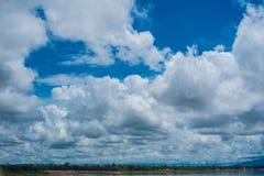 Blauwe hemelachtergrond met wolken Stock Afbeeldingen