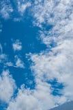 Blauwe hemelachtergrond met wolken Royalty-vrije Stock Foto