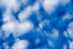 Blauwe hemelachtergrond met wolken Blauwe hemel en mooie wolk met weide Duidelijke landschapsachtergrond voor de zomeraffiche Royalty-vrije Stock Foto