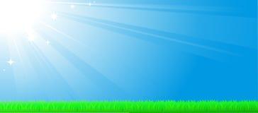 Blauwe hemelachtergrond met zonstraal en gras Stock Foto