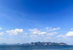 Blauwe hemelachtergrond Natuurlijke samenstelling, Krabi, Thailand Stock Afbeeldingen