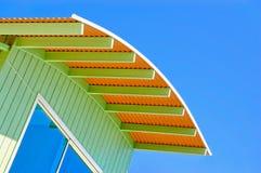 Blauwe hemelen en oranje en blauw dak stock foto
