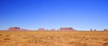 Blauwe hemelen over de Vallei van het Monument in Utah Stock Afbeeldingen