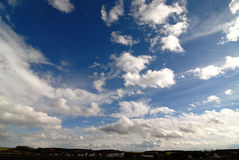 Blauwe Hemelen over Dorp stock afbeeldingen