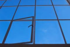 Blauwe hemelmening door zolder transparant venster met open blad stock foto's