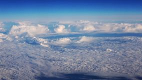Blauwe hemelmening van vliegtuigvenster stock footage