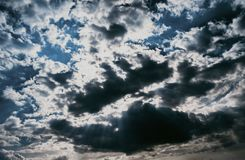 Blauwe hemeltextuur met sombere wolken Ontwerpbehang met ruimte voor tekst stock afbeeldingen