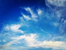 Blauwe hemelwolken stock fotografie