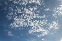 Blauwe hemelwolken Stock Foto