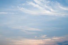 Blauwe hemelwolken en zonachtergrond Royalty-vrije Stock Fotografie