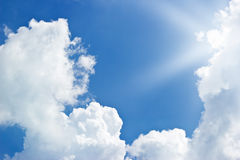 Blauwe hemelwolken en zonnestraal royalty-vrije stock afbeelding