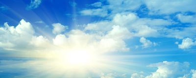 Blauwe hemelzon en wolken Stock Foto