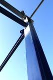 Blauwe het metaalstructuur van de staalbouw onder blauwe hemel Royalty-vrije Stock Afbeeldingen