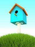 Blauwe het nestelen doos in het gras Stock Foto
